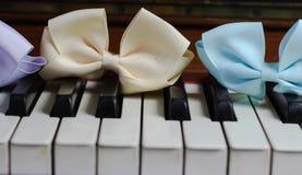 hermoso lindo de la primavera del brillo de la cinta del teclado de piano Imagen de archivo libre de regalías
