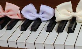 hermoso lindo de la primavera del brillo de la cinta del teclado de piano Fotos de archivo