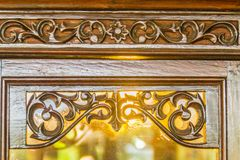 Hermoso modelado en marco de puerta de madera en el estilo tailandés tallado Tallando el modelo de la vid y de la flor en el esti Foto de archivo libre de regalías