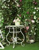 Hermoso olvide la tabla decorativa blanca con el busket de la flor y b Fotos de archivo