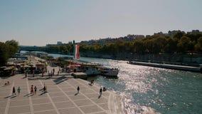 Hermoso río Sena en París - PARÍS, FRANCIA - 29 de julio de 2019 almacen de video