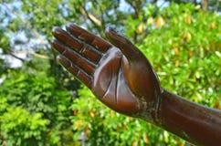 Hermoso tiente la escultura de la mano con el fondo de la naturaleza imagenes de archivo