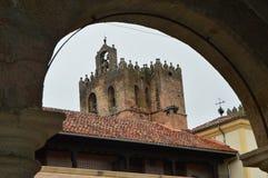 Hermoso tome a través de un arco de la campaña de la catedral de Santa Maria In Siguenza Arquitectura, viaje, renacimiento Fotos de archivo