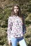Hermoso una muchacha en jardín de flores Imagen de archivo