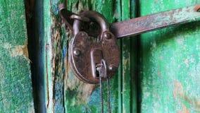 Hermoso, vintage, viejo, grande, cerradura del hierro cuelga en la puerta con la pintura limpiada y la vieja llave Puerta emperna almacen de video