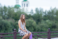 Hermoso y forme a la mujer joven que presenta con el monopatín, verano, urbano, Imagenes de archivo