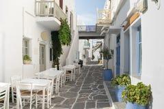 Hermoso y gráfico empedró el callejón en la isla de Paros en Grecia Foto de archivo