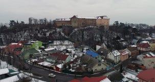 Hermosos aéreos ven severo en el castillo de Uzhhorod en invierno almacen de metraje de vídeo