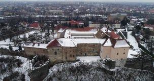 Hermosos aéreos ven severo en el castillo de Uzhhorod en invierno almacen de video