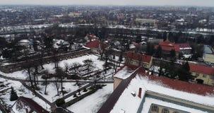 Hermosos aéreos ven severo en el castillo de Uzhhorod en invierno metrajes