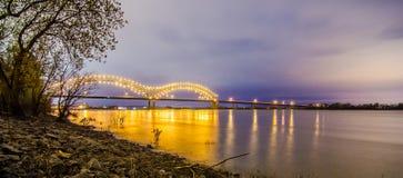 Hernando De Soto Przerzucający most, Memphis Tennessee przy nocą - obrazy stock