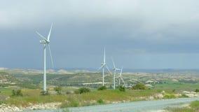 Hernieuwbare energiebron, moderne windmolens die, groen gebied, stormachtige horizon spinnen stock footage