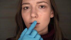 Herpès sur les lèvres, une partie d'un visage du ` s de femme avec le doigt sur des lèvres avec l'herpès, concept de beauté clips vidéos