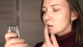 Herpes auf den Lippen, Teil eines Frau ` s Gesichtes mit dem Finger auf Lippen mit Herpes, Schönheitskonzept stock video