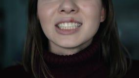 Herpes auf den Lippen, Teil eines Frau ` s Gesichtes mit dem Finger auf Lippen mit Herpes, Schönheitskonzept stock footage