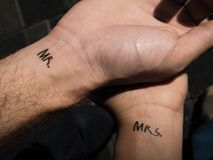 Herr för skönhet för skakahandpar mrs Tatueringförälskelse Royaltyfria Foton