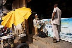 Herr mit der Zeitung in Mumbai Stockbild