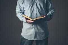 Herr mit einer Bibel offen in seinen Händen lizenzfreie stockfotografie