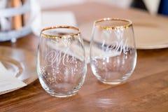 Herr och fru Wine Glasses på bröllopmottagandet Royaltyfri Fotografi