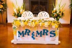 Herr und Frau Bride und Bräutigam Wedding Table stockfotos