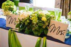 Herr und Frau Table mit Blumen Lizenzfreie Stockfotografie