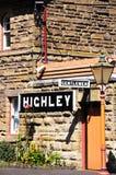 Herr- und Highley-Zeichen auf Stationsgebäude Stockbilder