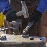 Herrador que hace la herradura Foto de archivo libre de regalías