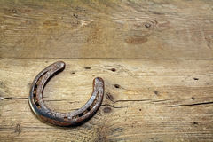 Herradura afortunada en tablones de madera rústicos, símbolo para la buena suerte, b Fotos de archivo libres de regalías