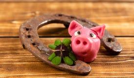 herradura con el trébol verde y muestra afortunada del cerdo para la suerte para el día de los patricks del st fotografía de archivo