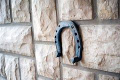 Herradura oxidada vieja en un fondo de piedra Foto de archivo libre de regalías