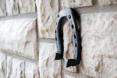 Herradura oxidada vieja en un fondo de piedra Fotografía de archivo
