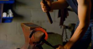 Herradura que moldea del metalsmith femenino en la fábrica 4k almacen de video