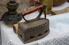 Herramienta antigua pesada metalizada retra pasada de moda del hierro Imagen de archivo