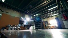 Herramienta cibernética flexible que trabaja en una tabla en una fábrica almacen de video