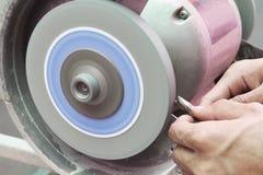 Herramienta de corte afilada humana de la máquina de pulir del uso Fotos de archivo