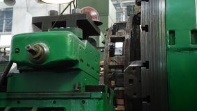 Herramienta de corte que procesa el eje de acero del metal en la m?quina del torno almacen de metraje de vídeo