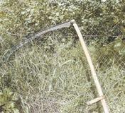 Herramienta de funcionamiento de una guadaña para segar la hierba Fotografía de archivo libre de regalías