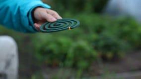 Herramienta del mosquito de la leña en manos almacen de metraje de vídeo