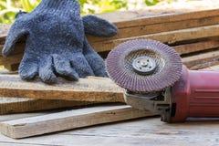 Herramienta eléctrica del papel de lija en la tabla de madera Imagenes de archivo