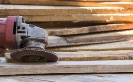 Herramienta eléctrica del papel de lija en la tabla de madera Fotografía de archivo libre de regalías
