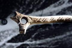 Herramienta prehistórica en el museo humano fotos de archivo