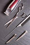 Herramienta profesional elegante, corte del pelo en fondo negro Concepto del salón del peluquero, imagen del espacio de la copia, Imagen de archivo