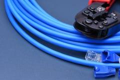 Herramienta que prensa con el cable para la red de ordenadores Foto de archivo libre de regalías