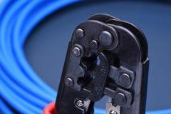 Herramienta que prensa con el cable para la red de ordenadores Imagen de archivo libre de regalías