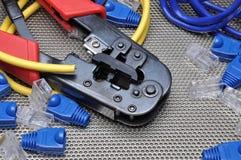 Herramienta que prensa con el cable y los conectores de la red Foto de archivo