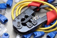 Herramienta que prensa con el cable y los conectores de la red Fotografía de archivo