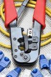 Herramienta que prensa con el cable y los conectores de la red Imagen de archivo libre de regalías