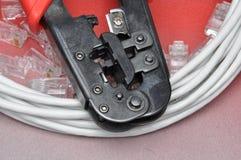 Herramienta que prensa con el cable y los conectores de la red Fotografía de archivo libre de regalías