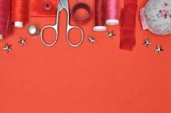 Herramienta, tijeras, hilo y accesorios del equipo de costura Fotos de archivo