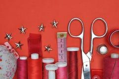 Herramienta, tijeras, hilo y accesorios del equipo de costura Foto de archivo